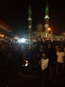 GROSSE DEMONSTRATION auch in Hurghada. Schon am Nachmittag war die Sheraton-Road voller Demonstranten. Hier die Volksfetsstimmung vor der neuen Moschee. Foto: Ashraf Sahleh