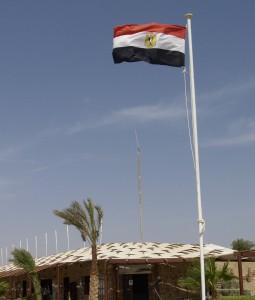 ALLGEGENWÄRTIG: Überall flattern derzeit Ägyptische Fahnen, wie hier in Marsa Shagra.