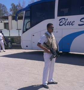 Gut bewacht werden Touristenbusse in vielen Gegenden schon heute. Foto: psk