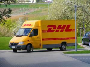 Stefan Kühn, DHL-Fahrzeug, CC BY-SA 3.0